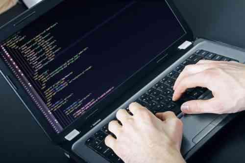 Удаленная работа за компьютером программистом